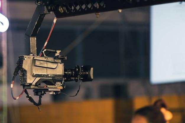 屋外の夜のコンサートでのイベント放送のライブクレーンレコードのプロのデジタクビデオカメラ。