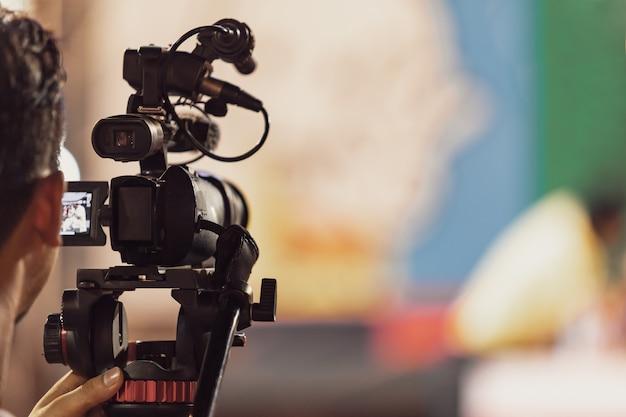 音楽コンサートフェスティバルでビデオを記録するプロのデジタルカメラ