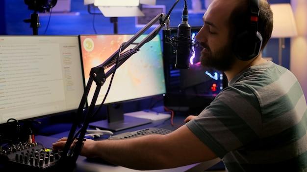 슈팅 온라인 게임 챔피언십을위한 최신 그래픽으로 비디오 게임을 스트리밍하는 헤드폰이있는 전문 디지털 플레이어