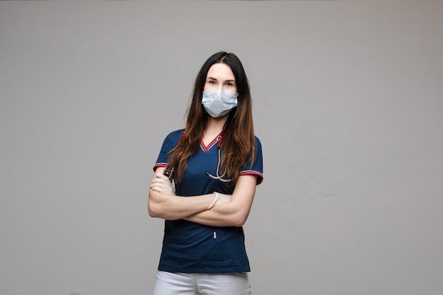 腕を組んで無菌マスクの専門医師。