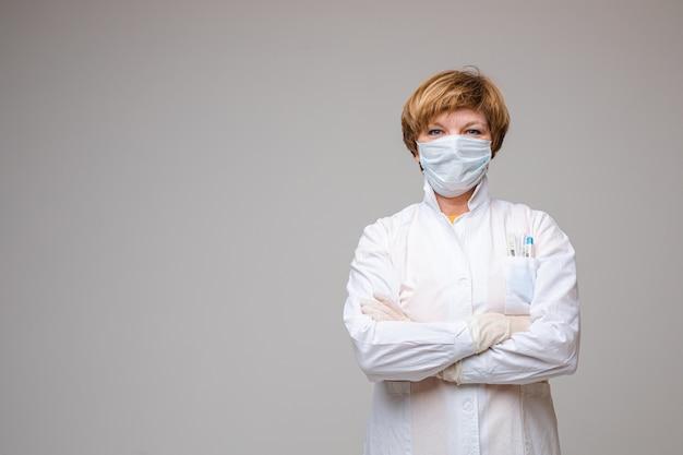 Профессиональный доктор в халате и маске.