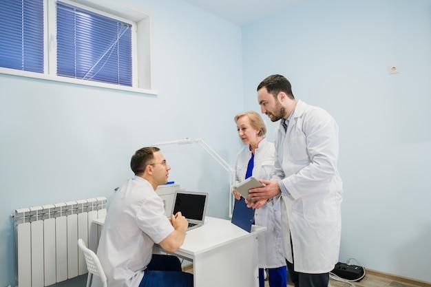 Профессиональные врачи обсуждают болезнь в офисе