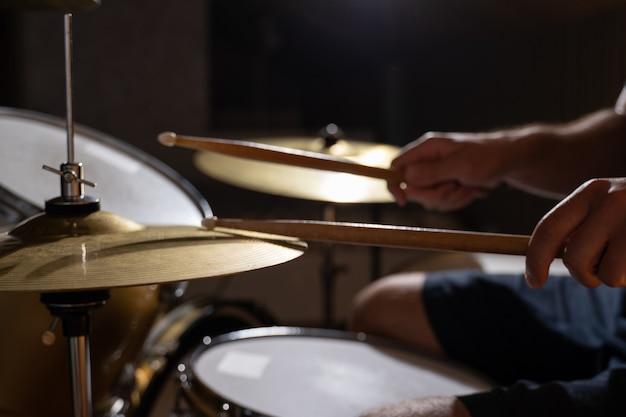 ドラムセットで演奏するプロのドラマー