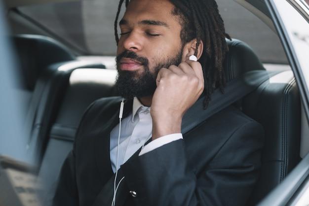 ヘッドフォンをつけているプロの従業員