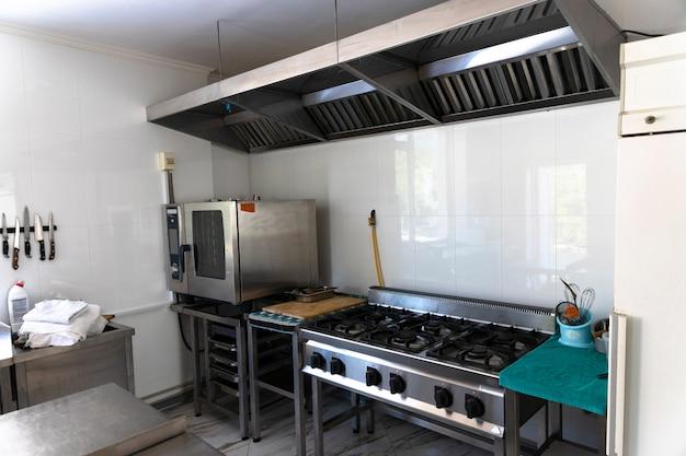プロの空のキッチン、テーブル、コンロ、カフェ、バー、レストラン。