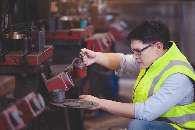 製造ワークショップのプロのエンジニア金属労働者オペレーティングマシンセンター、実際にセキュリティシステムのセットアップを確認してください