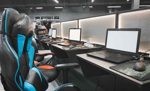 사이버 스포츠 전문 장비. 게임용 노트북, 헤드폰, 마우스 및 안락 의자 구입. 게임 장비 개념.