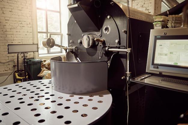공장에서 신선한 커피 원두를 로스팅 및 냉각하기위한 전문 장비