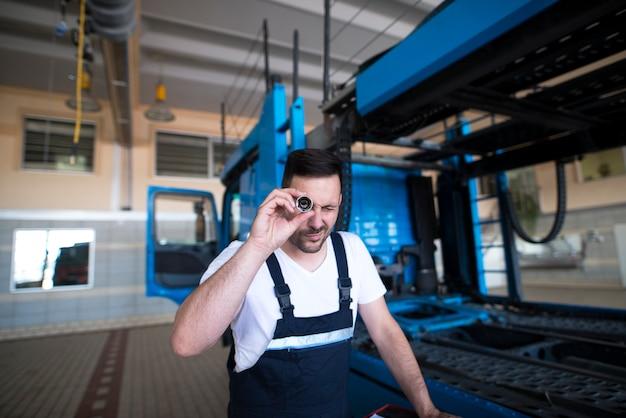 トラック車両サービスに適切なツールを選択するプロの経験豊富なサービスマンメカニック