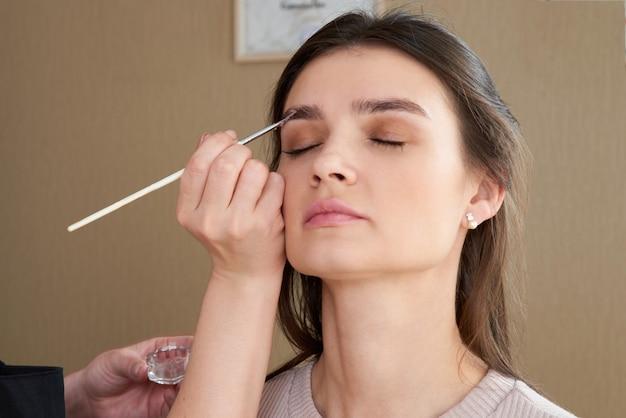 Профессиональная коррекция и окрашивание бровей в салоне красоты