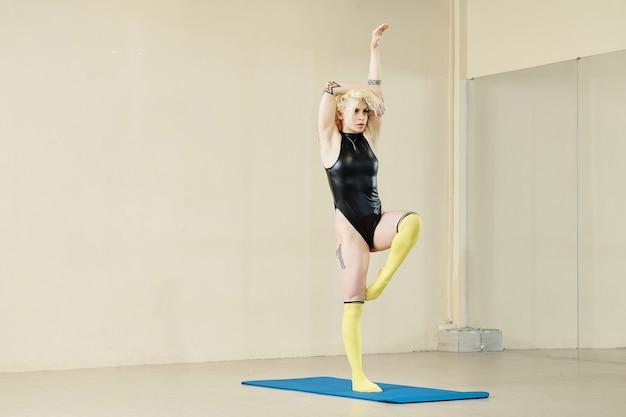 거울 앞에서 스튜디오에서 훈련하고 새로운 움직임을 연습하는 전문 여성 댄서