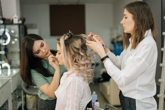 헤어스타일 백인 모델 금발을 만드는 전문 여성 미용사 메이크업 아티스트