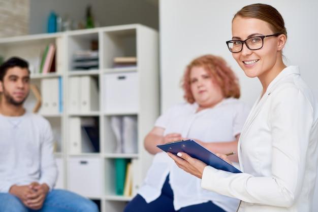 グループのセラピーセッションをリードする専門の女性精神科医