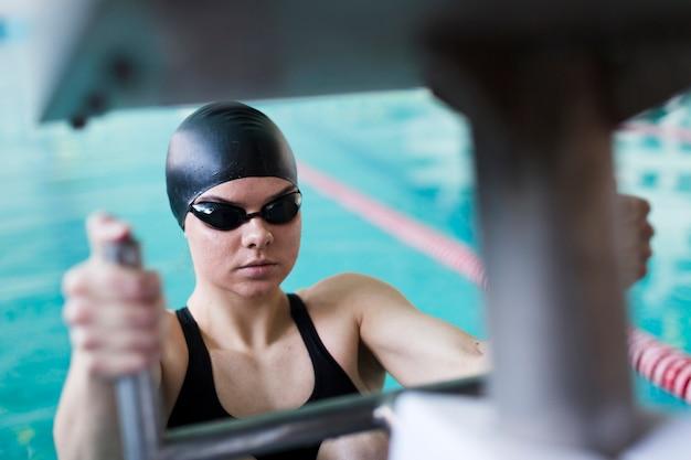 Nuotatore femminile professionale da vicino