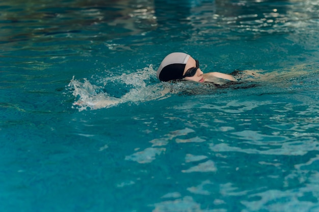 スイミングプールでのプロの女子水泳選手のトレーニング
