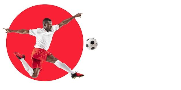 Профессиональный футболист, футболист. тренировка спортсмена на белом фоне, флаер для вашей рекламы. понятие конкуренции, спорта, здорового образа жизни, действий, движения и движения. геометрический дизайн.