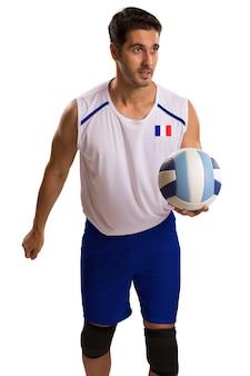 공을 가진 전문 프랑스 배구 선수. 흰색 공간에 격리.