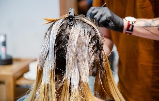 サロンの女性のためのプロのヘアカラー、明るくトレンディなスタイル。