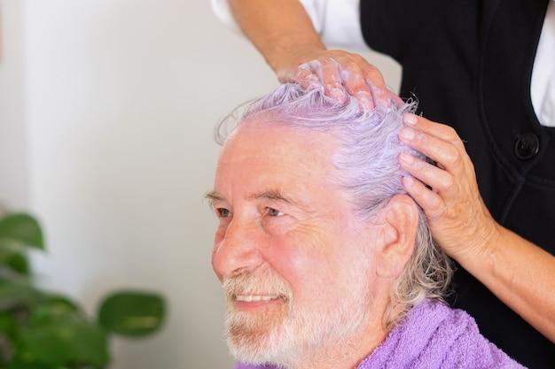 Профессиональный парикмахер нанесет специальный фиолетовый цвет, чтобы убрать желтый цвет с белых волос.