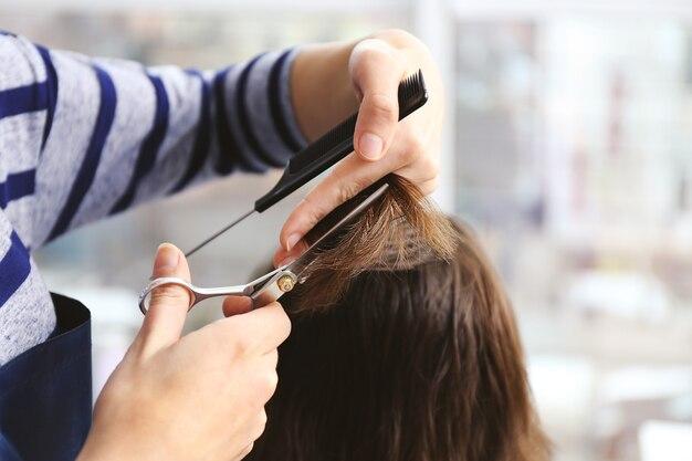 クライアントの髪を切るプロの美容師