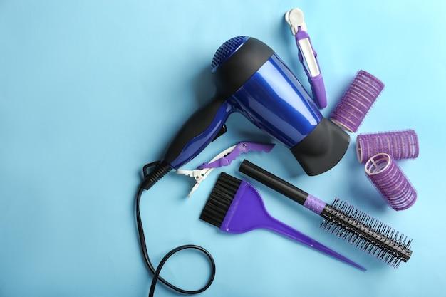 色の背景にプロの美容師のセット