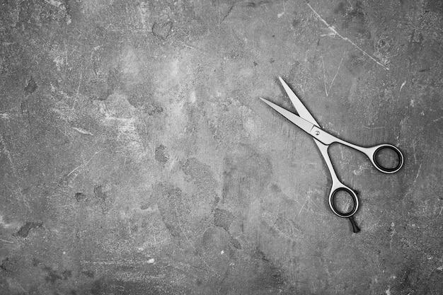 Профессиональные парикмахерские ножницы на сером
