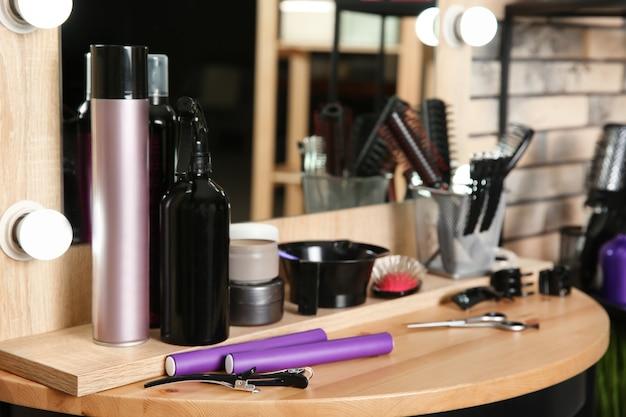 サロンのテーブルにセットされたプロの美容師