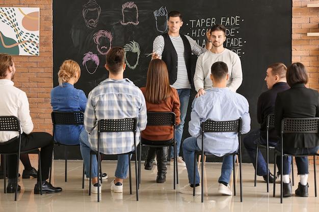 サロンで若者を教えるプロの美容師