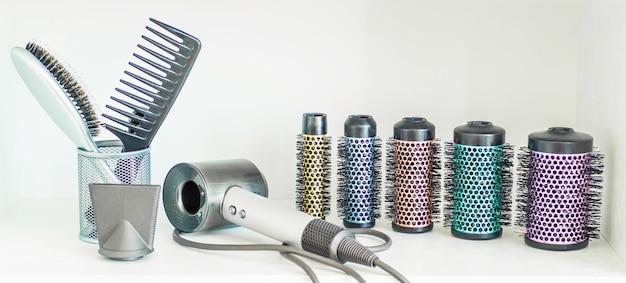Инструменты профессионального парикмахера, изолированные на белом фоне