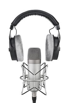 Изолированные профессиональные наушники и конденсаторный микрофон