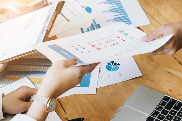 Профессиональный вкладчик и финансовая встреча на данный момент. работа молодой бизнес-команды