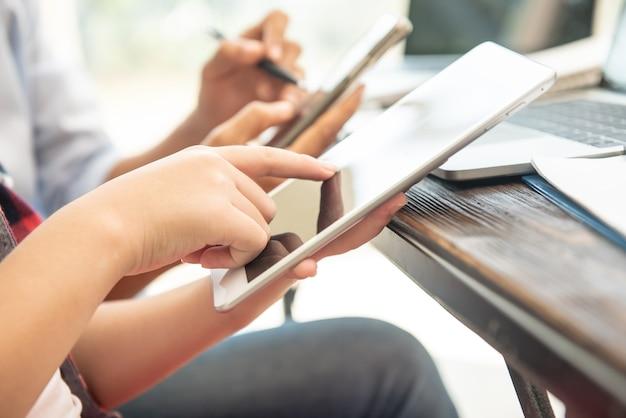 新しいスタートアッププロジェクトに取り組んでいるプロの投資家。財務会議。デジタルタブレットラップトップコンピューターデザインスマートフォンを使用して