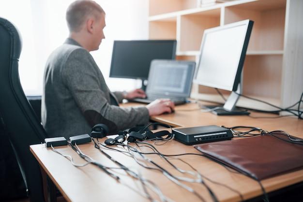 プロが仕事をしています。彼の嘘発見器の機器とオフィスでポリグラフ検査官