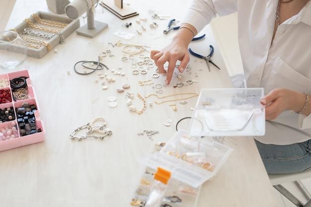 스튜디오 워크샵 근접 촬영 패션 창의성에서 수제 보석을 만드는 전문 보석 디자이너