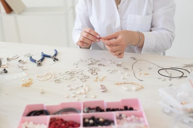 스튜디오 워크샵에서 수제 보석을 만드는 전문 보석 디자이너. 패션, 창의성 및 수제 개념