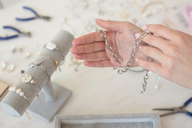 스튜디오 워크숍 패션 창의력과 수제 보석을 만드는 전문 보석 디자이너 프리미엄 사진