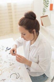 스튜디오 워크샵 패션 창의성과 수제 보석을 만드는 전문 보석 디자이너