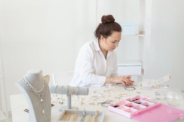 스튜디오 워크샵 패션에서 수제 보석을 만드는 전문 보석 디자이너