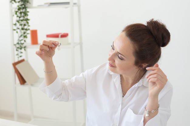 Профессиональный дизайнер ювелирных изделий, изготавливающий украшения ручной работы в мастерской студии.