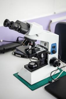 분석을위한 전문 실험실 현미경. 확대 장치