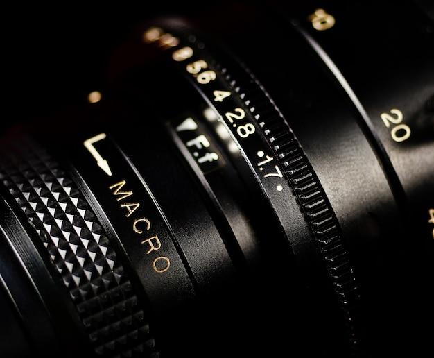 暗い背景のプロのレンズビンテージカメラのレンズ
