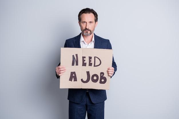 직업을 찾는 전문가. 불행한 노동자 성숙한 남자 금융 위기 직장을 잃은 사진 판지 현수막 배너 검색 작업장 변덕스러운 마모 양복 격리 된 회색 배경