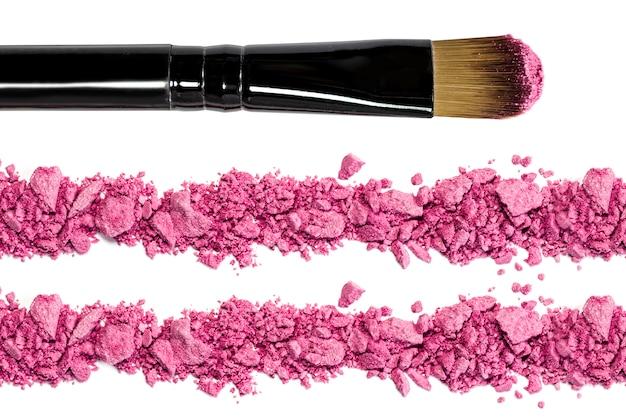 Профессиональная кисточка для макияжа на красных измельченных тенях