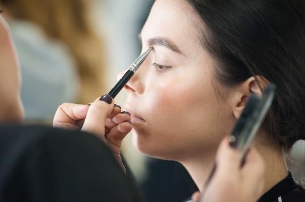 美容スタジオの女性のためのプロのメイク