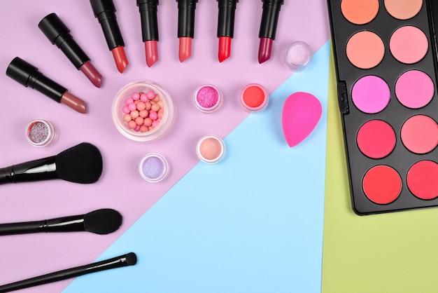 화장품 미용 제품, 블러셔, 아이 라이너, 속눈썹, 브러시 및 도구가 포함된 전문 메이크업 제품.