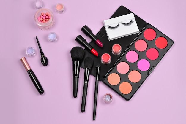 Профессиональные продукты для макияжа с косметическими продуктами, румянами, подводкой для глаз, ресницами, кистями и инструментами.