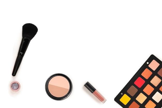 화장품 미용 제품, 아이 섀도우, 안료, 립스틱, 브러시 및 도구가 포함된 전문 메이크업 제품. 텍스트 또는 디자인을 위한 공간입니다.