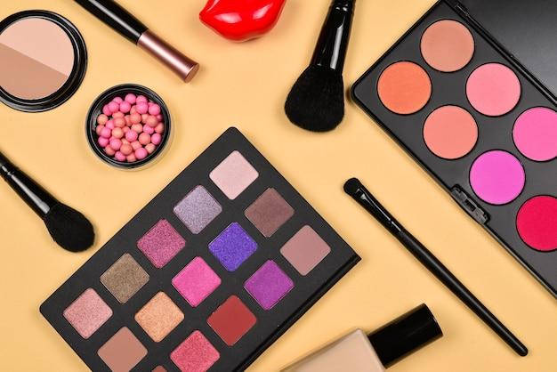 화장품 미용 제품, 파운데이션, 립스틱, 아이섀도, 속눈썹, 브러시 및 도구가 포함된 전문 메이크업 제품.
