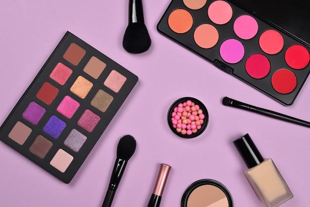 化粧品美容製品、ファンデーション、口紅、アイシャドウ、まつげ、ブラシ、ツールを備えたプロのメイクアップ製品。