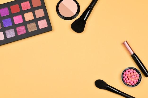 미용 미용 제품, 파운데이션, 립스틱, 아이섀도, 속눈썹, 브러쉬 및 도구가 포함 된 전문 메이크업 제품입니다.